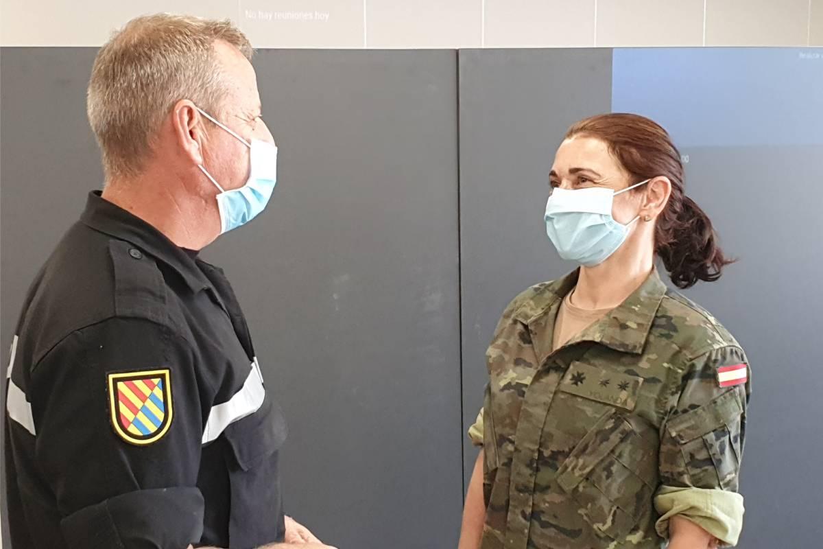 Aurelio Soto, jefe de Comunicación Pública de la Unidad Militar de Emergencias (UME), y la teniente coronel Yolanda Lorenzo Vasallo, médico y jefe de la Unidad de Vigilancia del Núcleo Centro de Madrid del Ejército de Tierra.