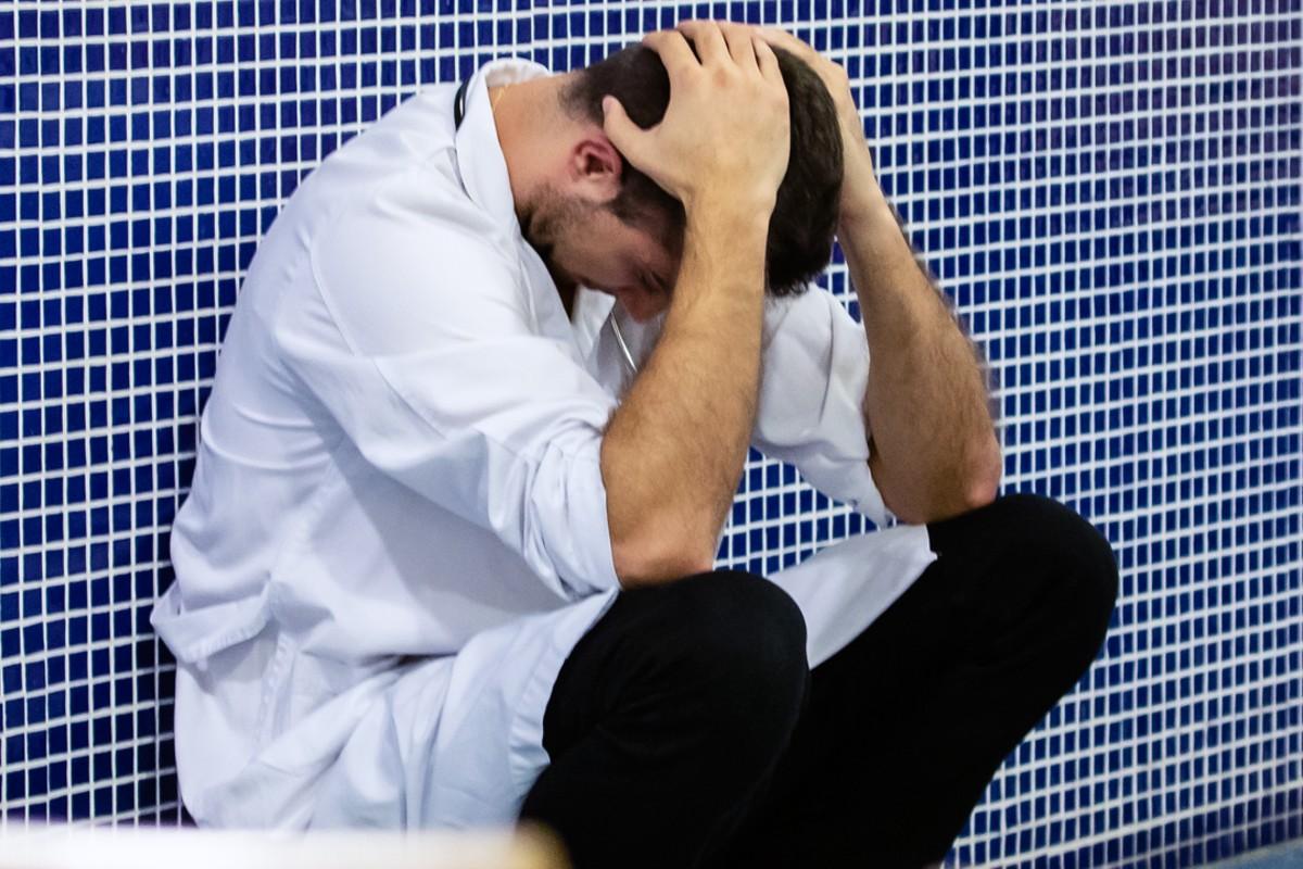 Los internistas alternan de los altos niveles de desgaste profesional que acumulan los sanitarios de cara a la segunda ola de la Covid-19 (Jaume Cosialls)