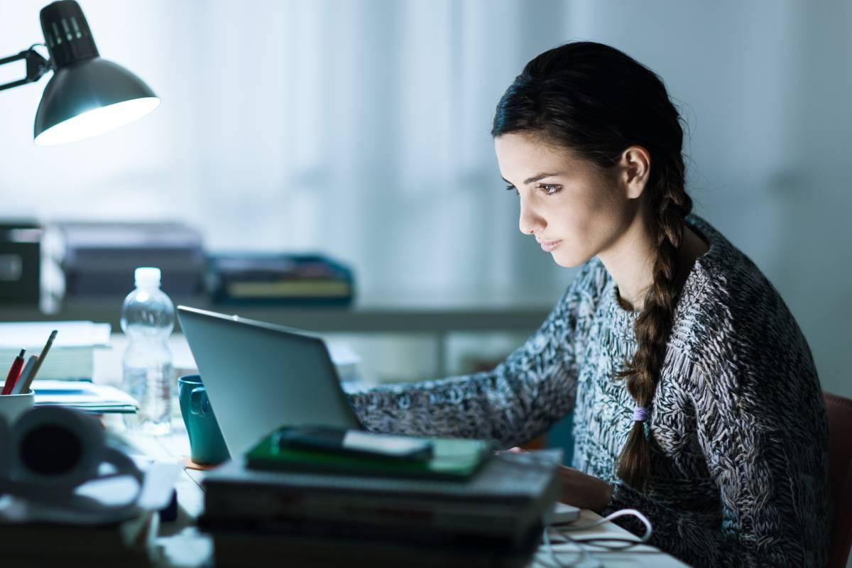 Estudiante sentada frente al ordenador
