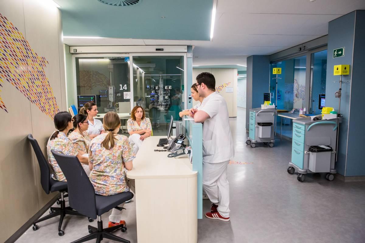 Estudiantes de enfermería en un hospital. FOTO: Ariadna Creus y Ángel García (Banc Imatges Infermeres).