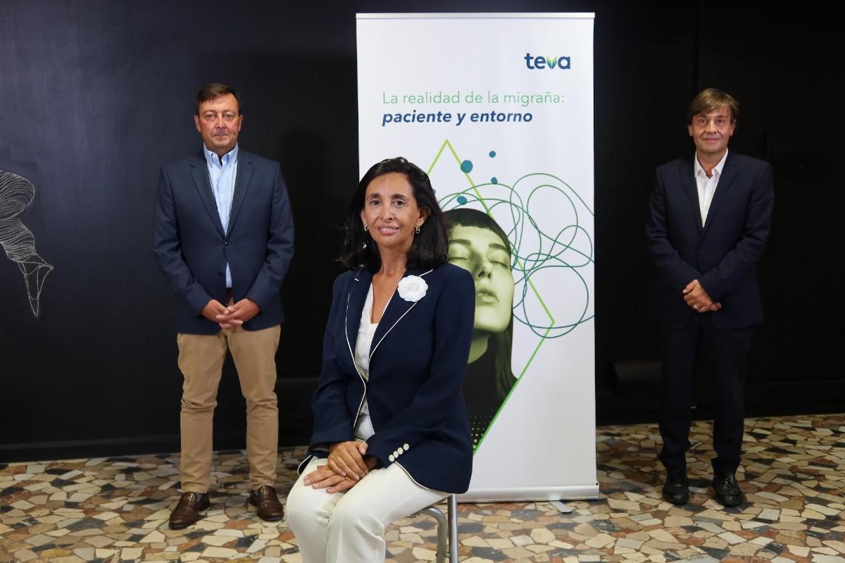 Isabel Colomina, presidenta de Eemice, flanqueada por Emilio Ledesma y Rafael Borrás, ambos de Teva.