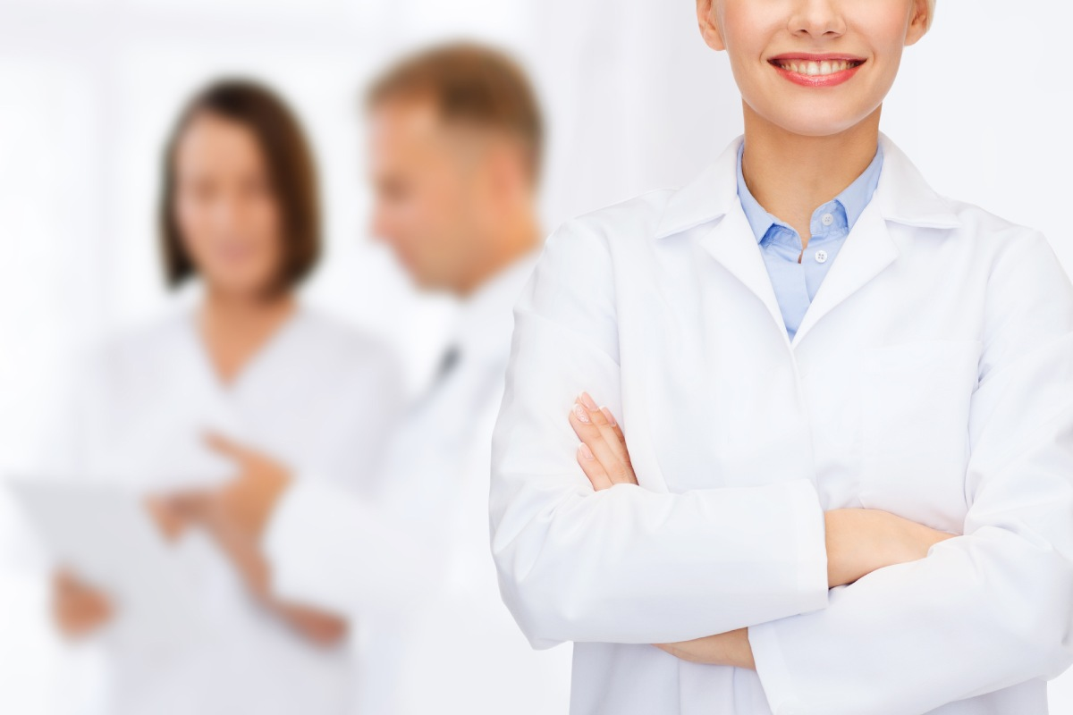 Si un farmacéutico está en periodo de pruebas no debe avisar con antelación que rescinde el contraro.
