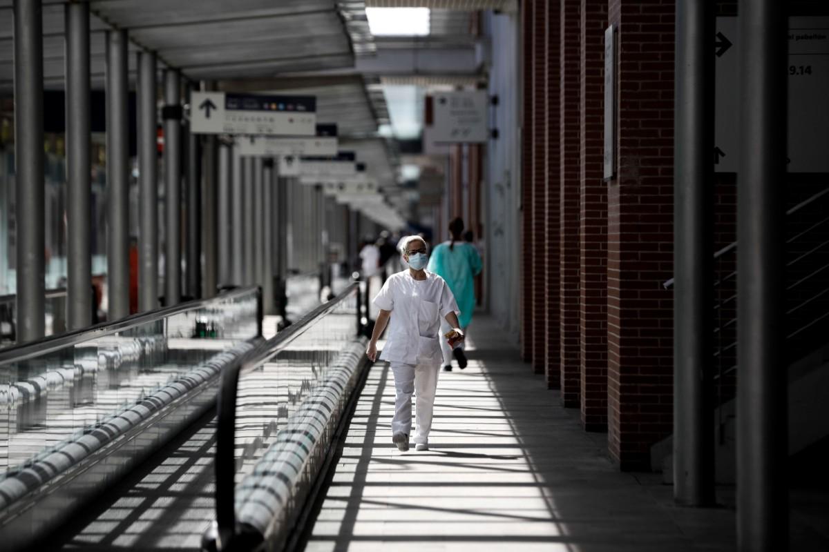 Sanitaria recorriendo uno de los pasillos de Ifema, donde se instaló en Madrid un hospital de campaña (Alberto Di Lolli)