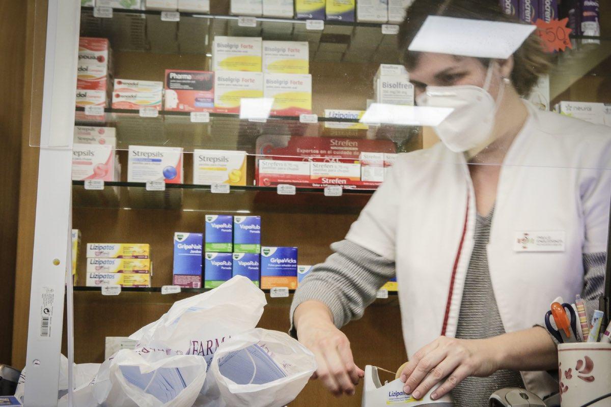 Una farmacéutica de la Comunidad Valenciana prepara un lote de mascarillas para su reparto (Fotografía: José Cuéllar).
