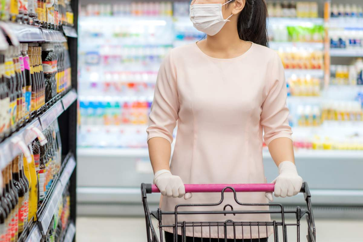 Mujer con mascarilla en un supermercado.