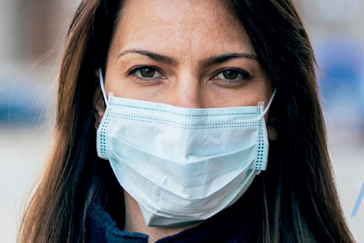 El uso de la mascarilla parece reducir la carga y el inóculo viral. (COF Barcelona)
