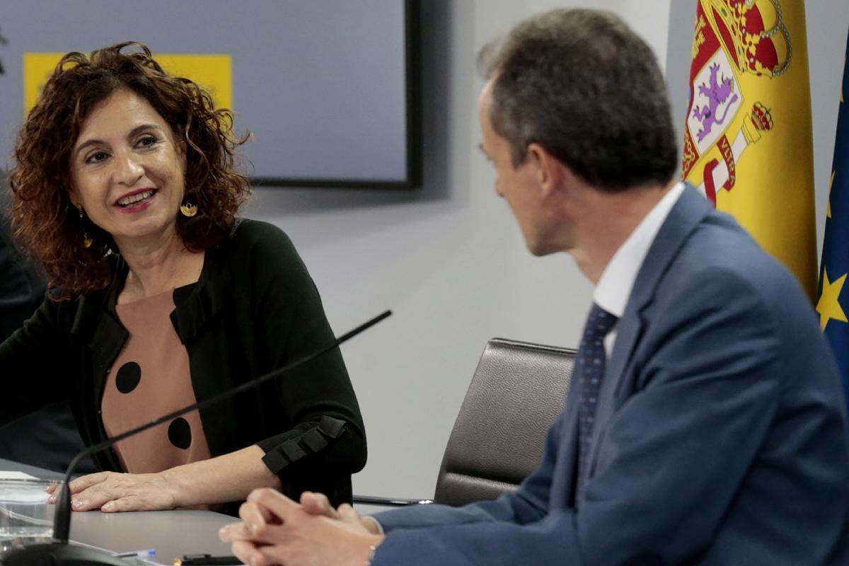 María Jesús Montero conversa con Pedro Duque en la rueda de prensa posterior al Consejo de Ministros celebrado el pasado 30 de junio.
