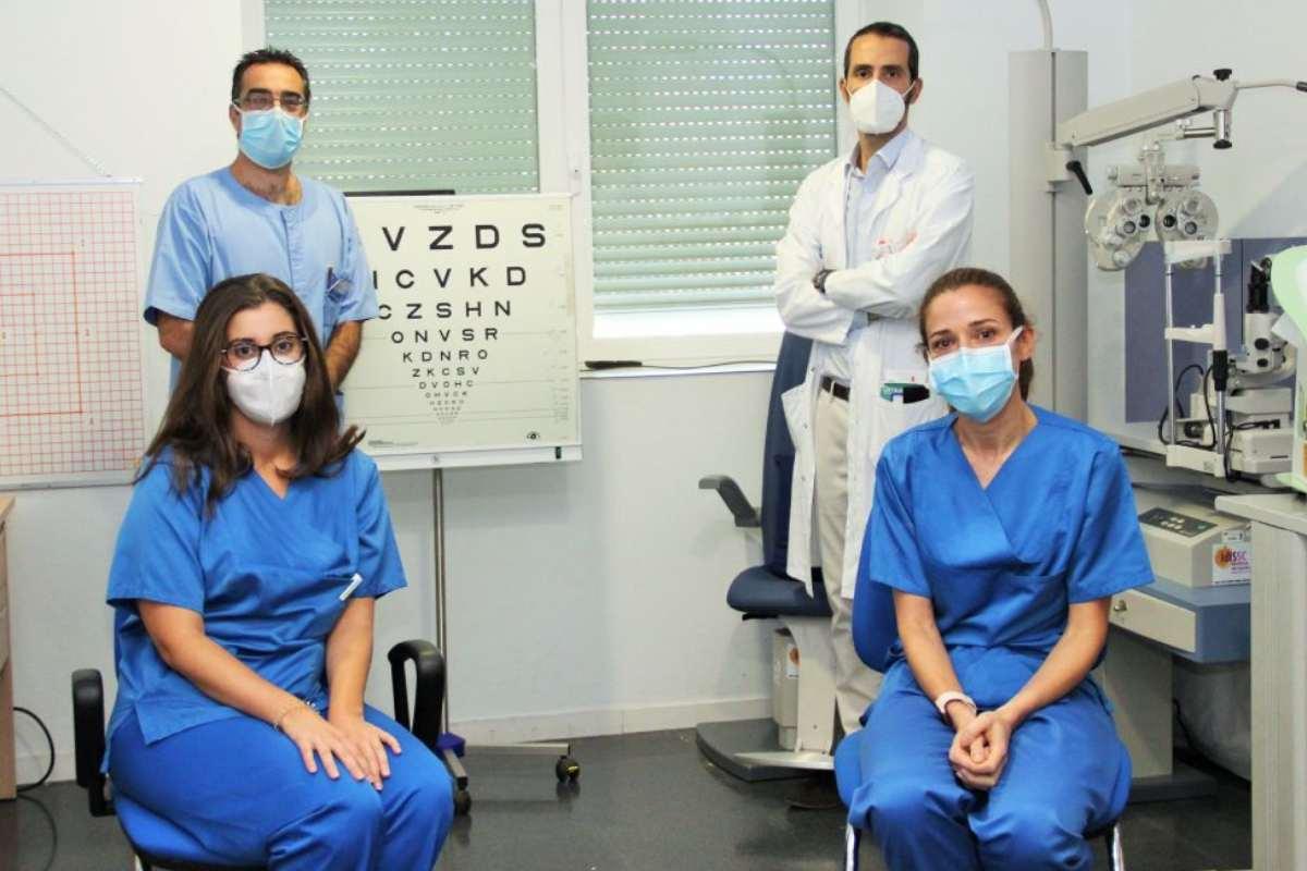 Julián García Feijoó, arriba a la izquierda, junto a Pedro Arriola, arriba a la derecha, con otros mimebros del equipo de Oftalmología del Hospital Clínico de Madrid.
