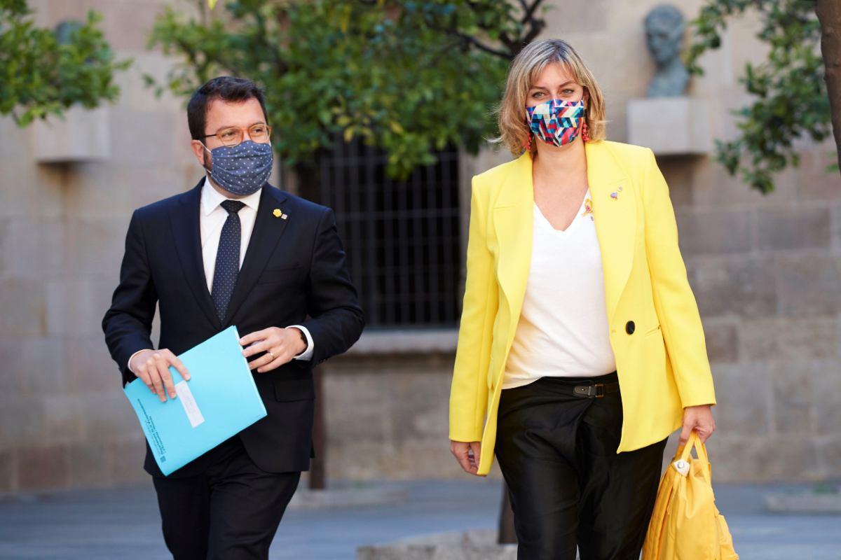 El vicepresidente y consejero de Economía catalán, Pere Aragonés , y la consejera de Salud, Alba Vergés, antes de la reunión del Consejo de Gobierno (EFE/Alejandro García)