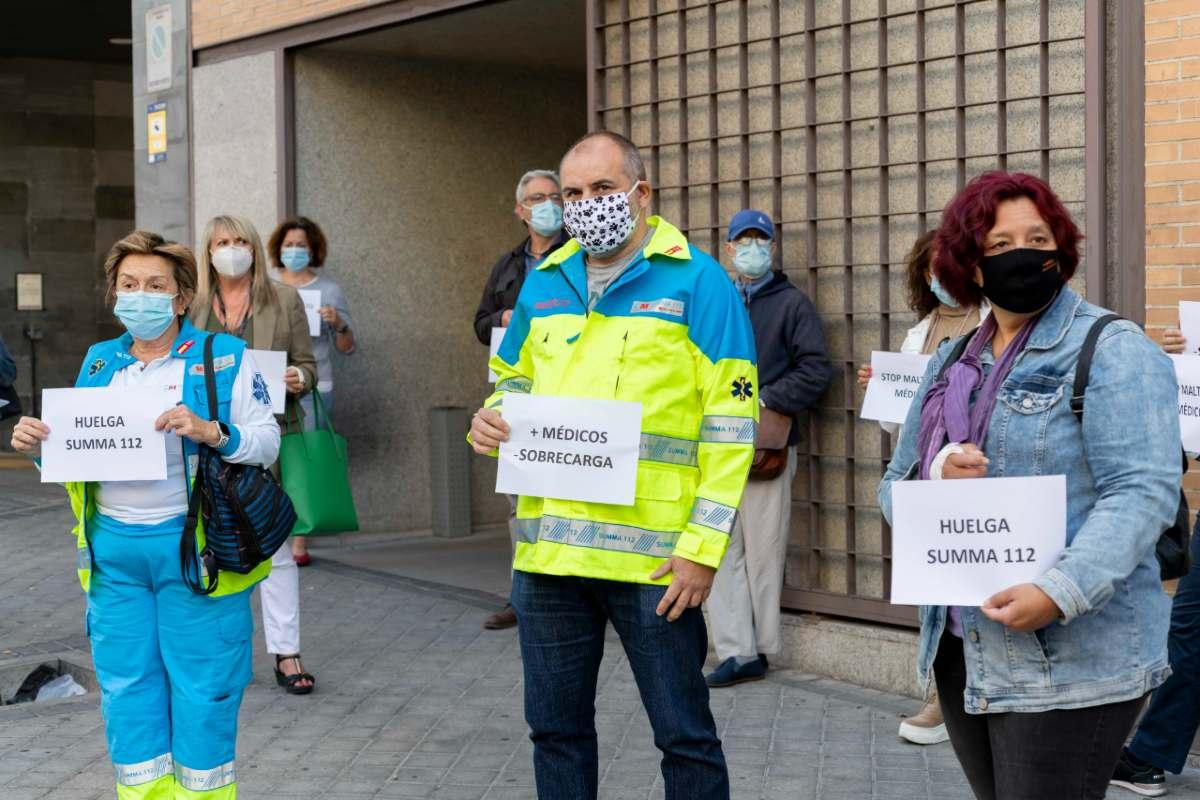 Médicos del Summa 112 concentrados frente a la sede del servicio (José Luis Pindado)