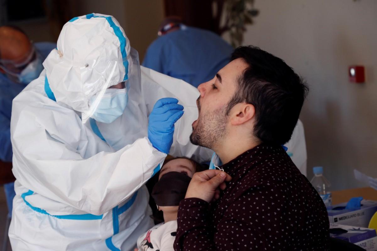 Sanitarios realizan pruebas PCR a los vecinos de O Incio, en Lugo (EFE/Eliseo Trigo)