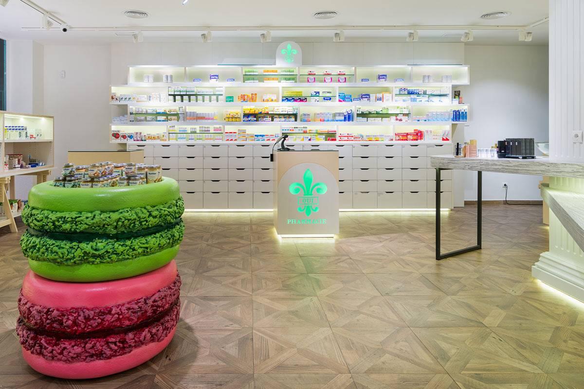 La flor de lis aparece tanto en la fachada como en su interior, y se han fabricado góndolas con forma de 'macaron' para presentar la nutrición. FOTO: Marketing-Jazz.