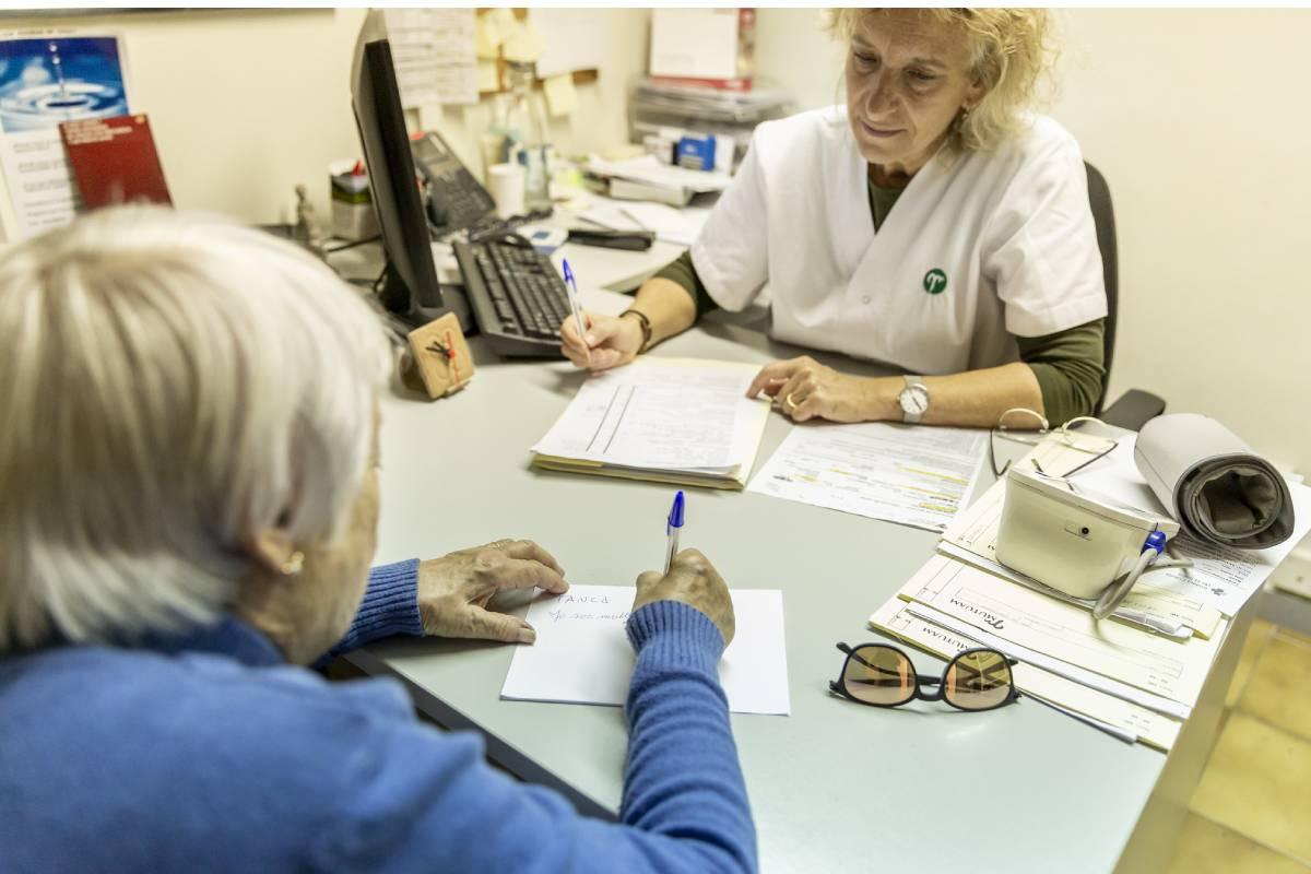 Enfermera de AP atendiendo a una paciente. FOTO: Ariadna Creus y Ángel García (Banc Imatges Infermeres).