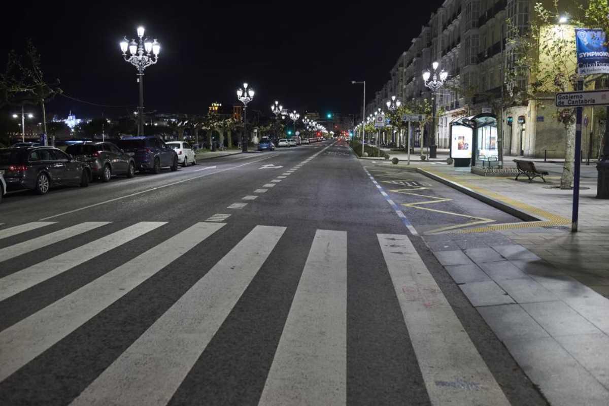 Una calle de Santander tras el toque de queda.