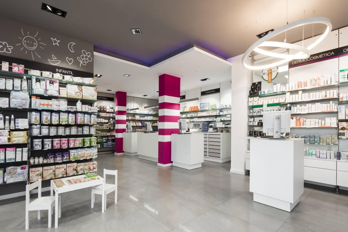 Farmacia Cornellas, en Manlleu (Barcelona), nació a finales de la década de los 70, en 1979, y ha cambiado de cara en dos ocasiones, la última en 2018. Tiene una superficie total de 130 m2.