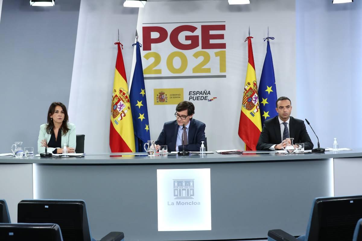 La secretaria de Estado de Sanidad, Silvia Calzón, y el secretario de general de Salud Digital, Alfredo González, flanquean al ministro de Sanidad, Salvador Illa.