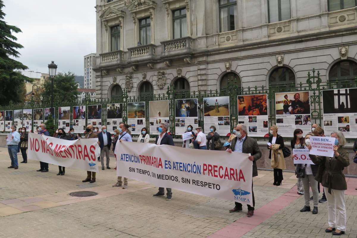 Aspecto de la concentración convocada ayer ante la sede del Principado de Asturias (Fotografía: Covadonga Díaz).