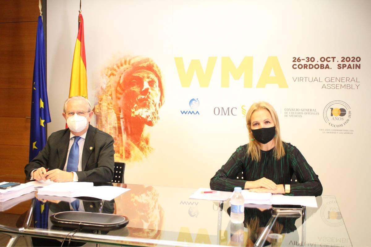 Serafín Romero y Beatriz Domínguez-Gil, ante el cartel oficial de la 71ª Asamblea de la AMM (Fotografía: Cgcom).