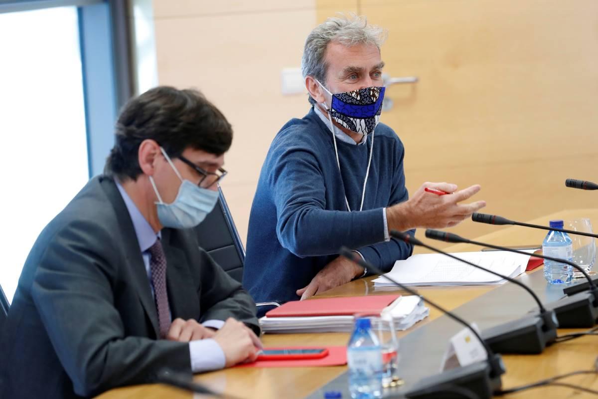 El ministro de Sanidad, Salvador Illa (i), y el director del Centro de Coordinación de Alertas y Emergencias Sanitarias (CCAES), Fernando Simón.