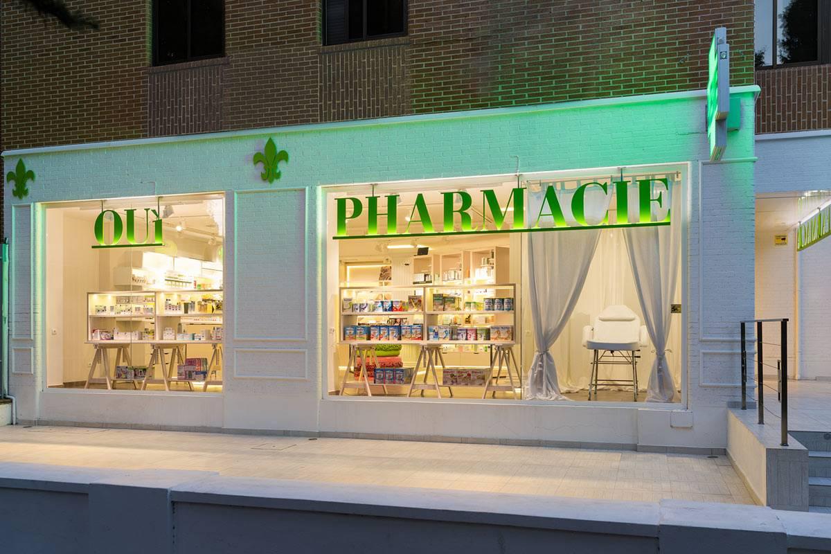 La fachada de Oui Pharmacie, que está en los bajos de una comunidad residencial, se reformó �ntegramente. FOTO: Marketing-Jazz.