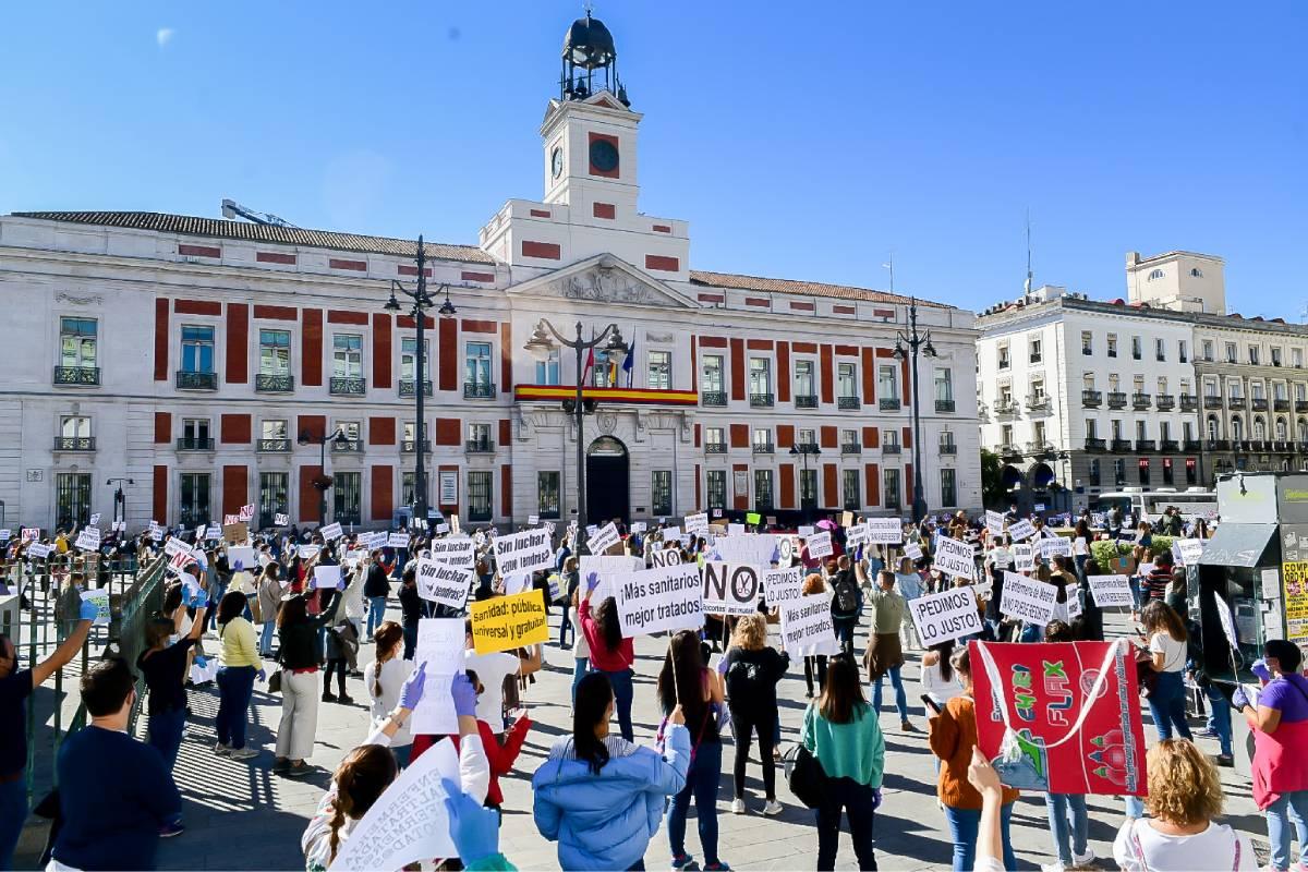 Concentración organizada por Enfermería de Madrid Unida a las puertas de la presidencia de la Comunidad de Madrid en la Puerta del Sol. Los enfermeros se han organizado para estar a dos metros de distancia para actuar con responsabilidad. FOTO: José Luis Pindado.
