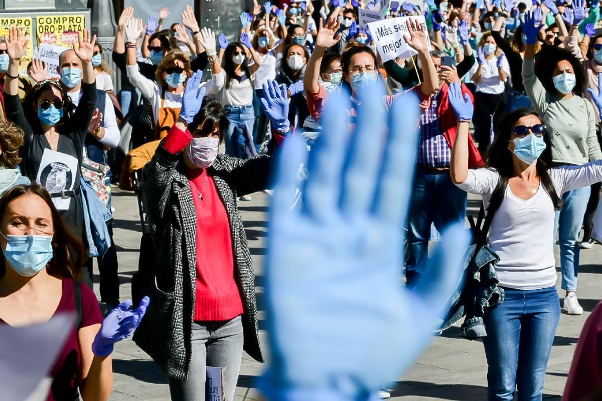 Los guantes con los que cuidan todos los d�as han sido la seña de identidad de Enfermer�a de Madrid Unida en la concentración en la Puerta del Sol. FOTO: José Luis Pindado.