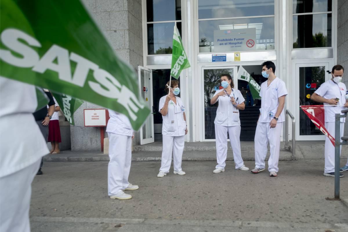 Movilizaciones de Satse a las puertas de un hospital de referencia en Madrid. FOTO: José Luis Pindado.