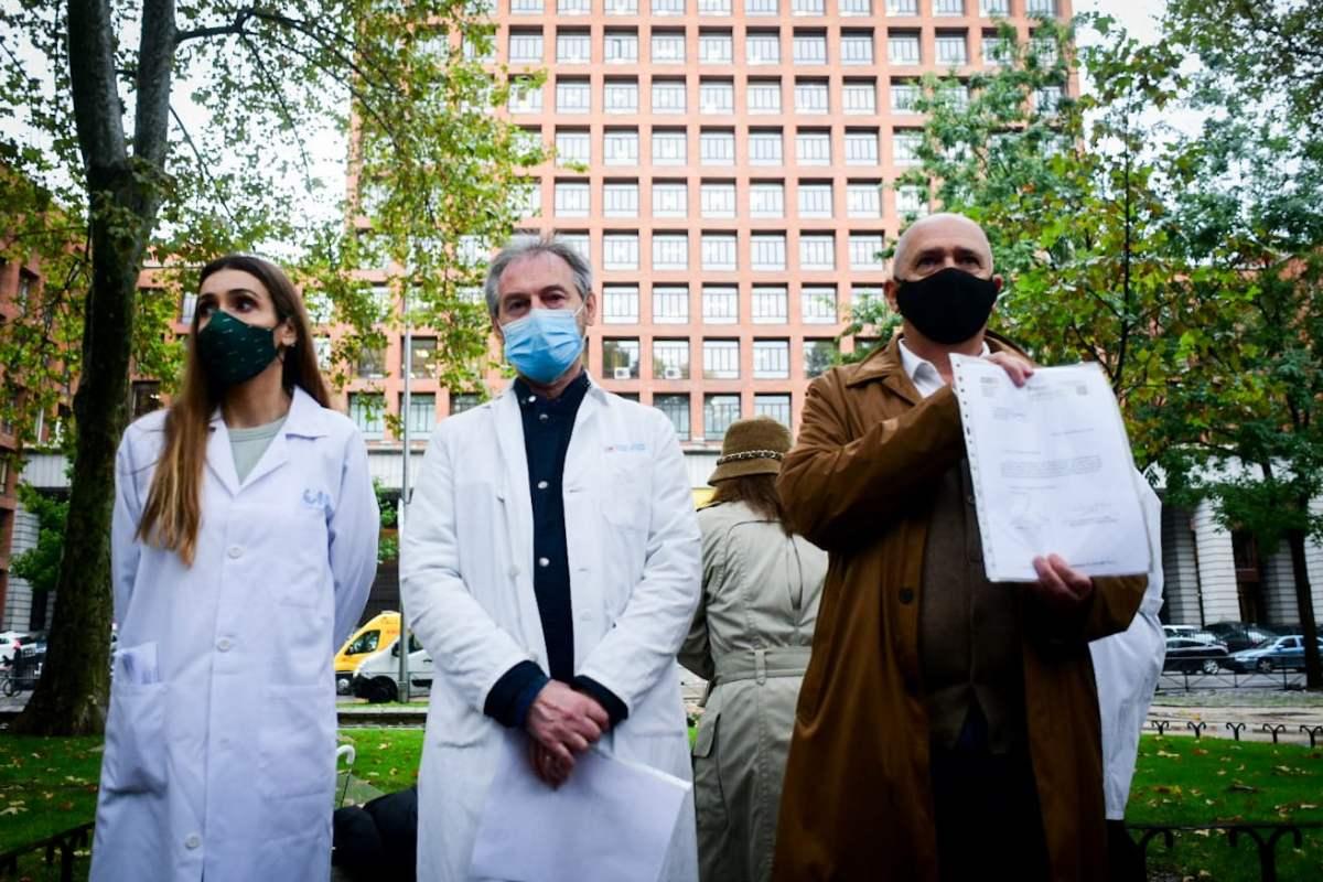 Los representantes de CESM y Amyts muestran la carta dirigida a Salvador Illa ante las puertas del Ministerio de Sanidad (Fotografía: José Luis Pindado)