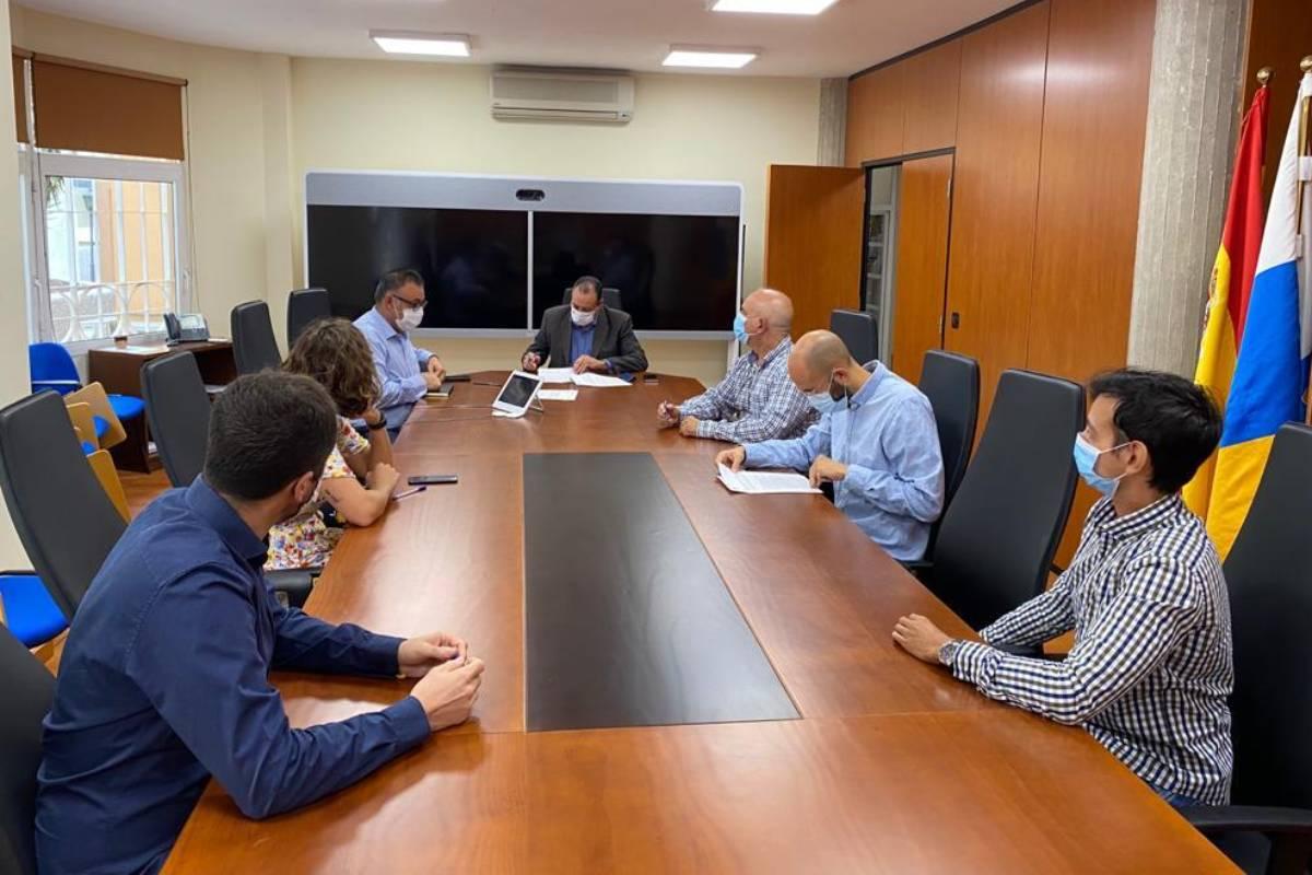 Momento de la firma entre los representantes de los MIR y el Gobierno de Canarias