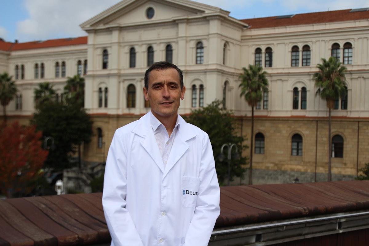 Ander Urruticoechea, director del Grado de Medicina, ante el edificio de la facultad de Deusto (Fotografía: Iñaki Revuelta).