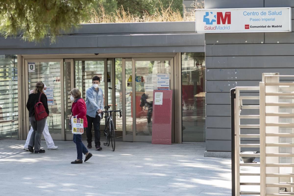 Pacientes entrando al centro de salud Paseo Imperial, en Madrid (José Luis Pindado)