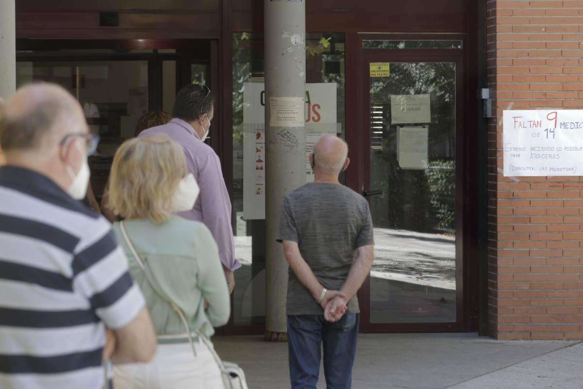 Pacientes esperando ante un centro de salud.