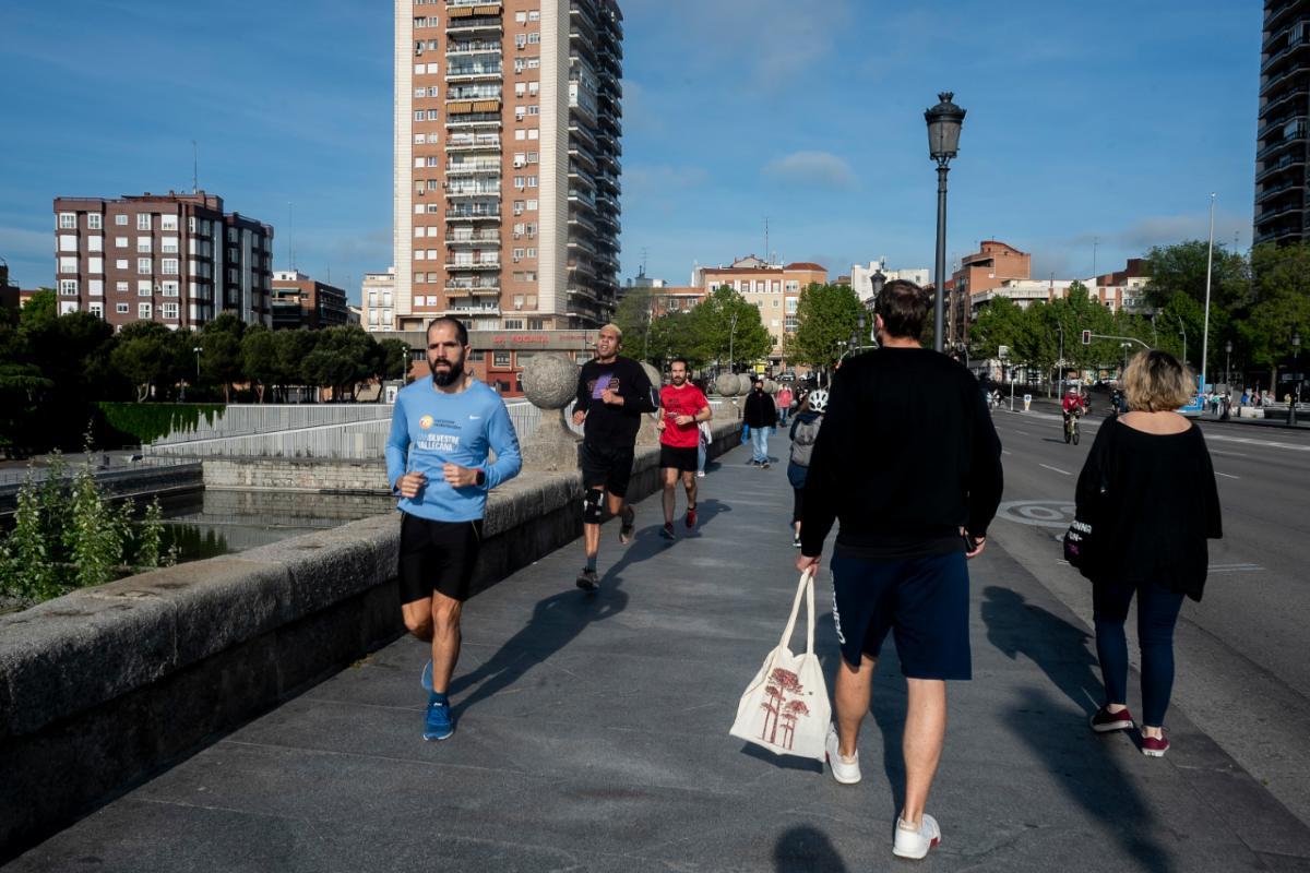 Deportistas y personas de paseo en Madrid durante la fase 0 de la desescalada durante la epidemia de coronavirus (José Luis Pindado)