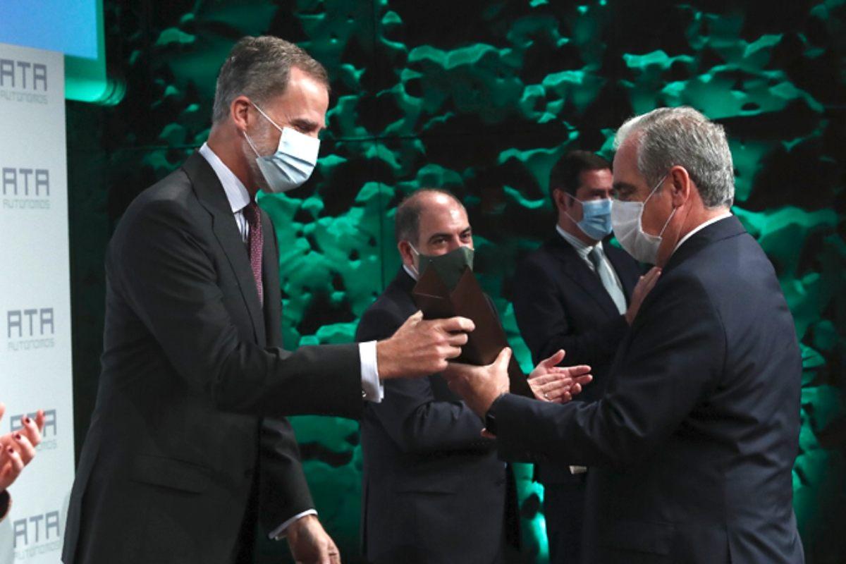 El Rey Felipe VI entrega el galardón a Jesús Aguilar, presidente del Consejo General de COF.