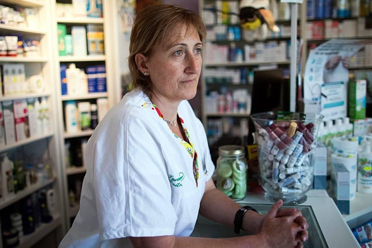 Raquel Casado, en su farmacia de Buitrago de Lozoya (Madrid)./ J. Mart�nez