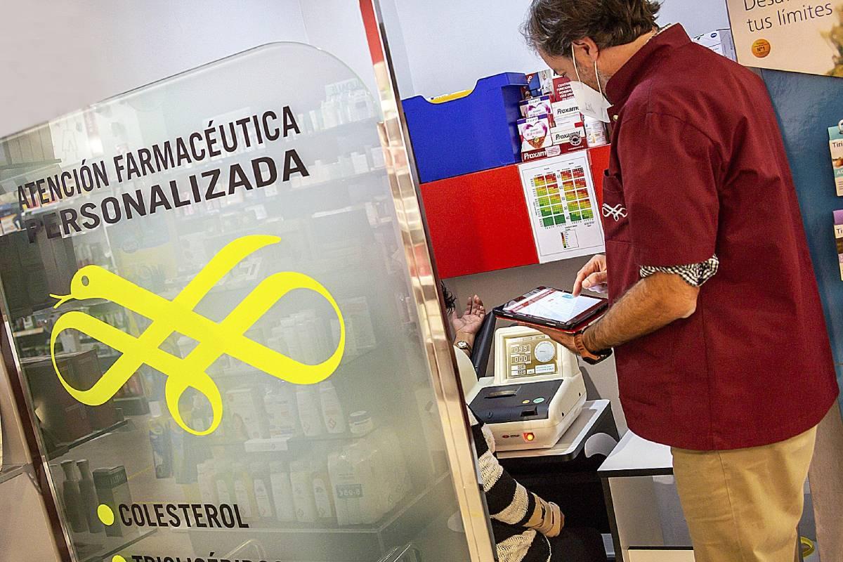 Guillermo Bagaría en su farmacia en Hospitalet de Llobregat.
