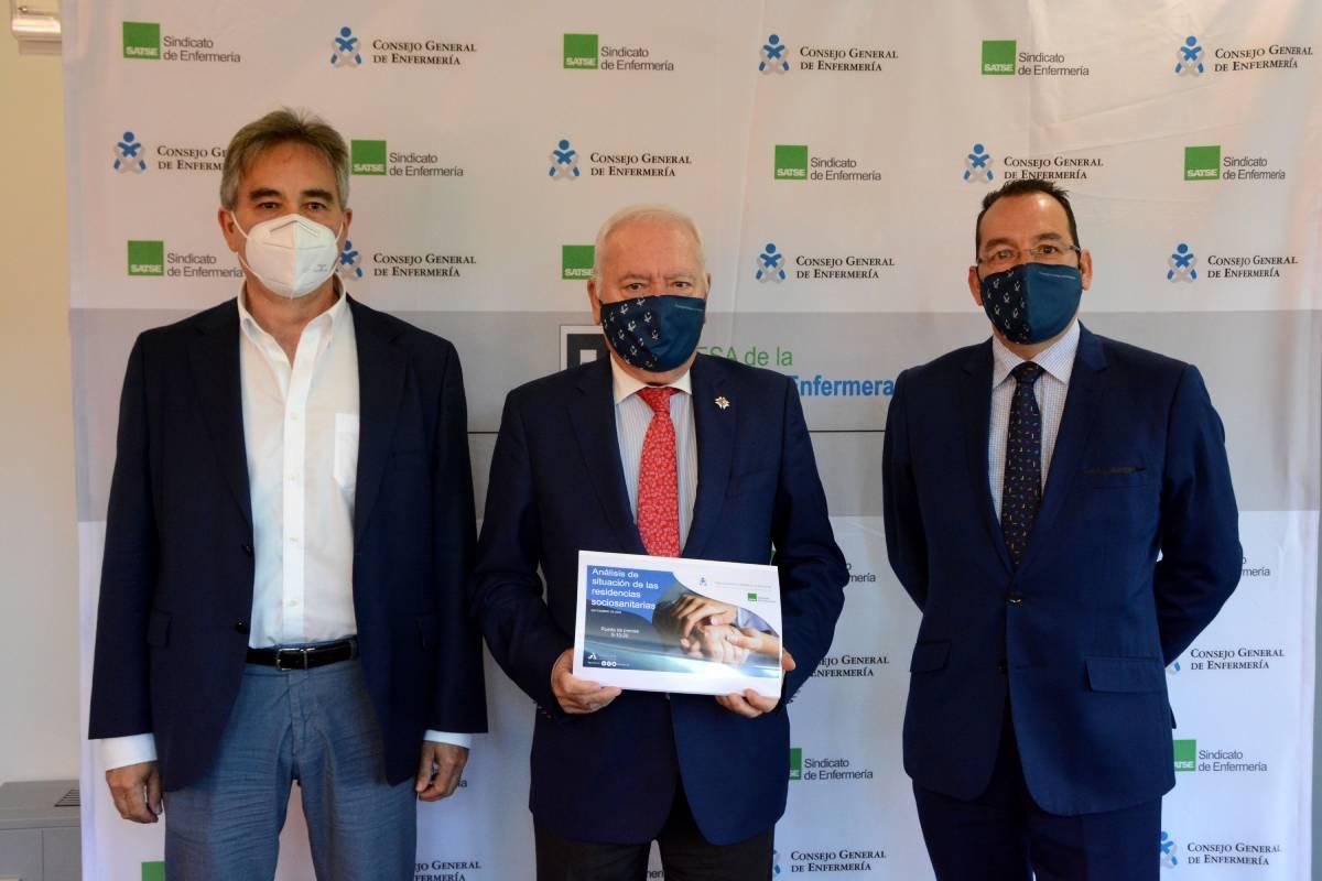 Manuel Cascos, presidente de Satse; Florentino Pérez Raya, presidente del Consejo General de Enfermería (CGE), y José Luis Cobos vicesecretario del CGE.