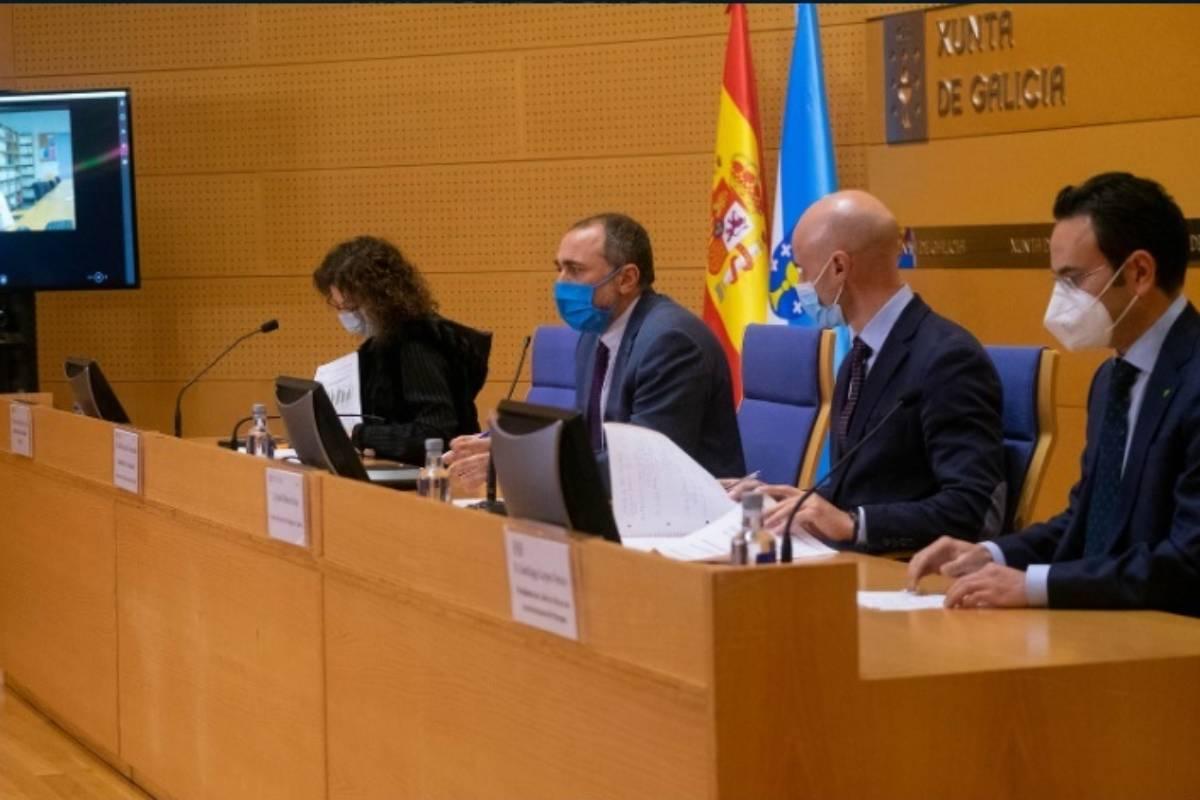 El consejero de Sanidad de Galicia, Julio García Comesaña, y el presidente del COF de Orense, Santiago Leyes (derecha), en rueda de prensa.