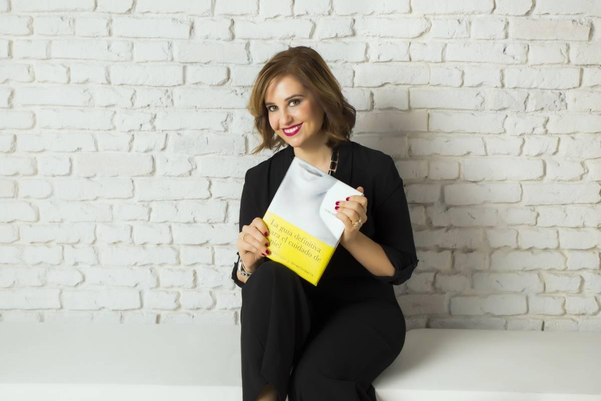 Gema Herrerías, vocal de Dermofarmacia del Consejo Andaluz de COF, posa con su libro 'La guía definitiva para el cuidado de la piel '.