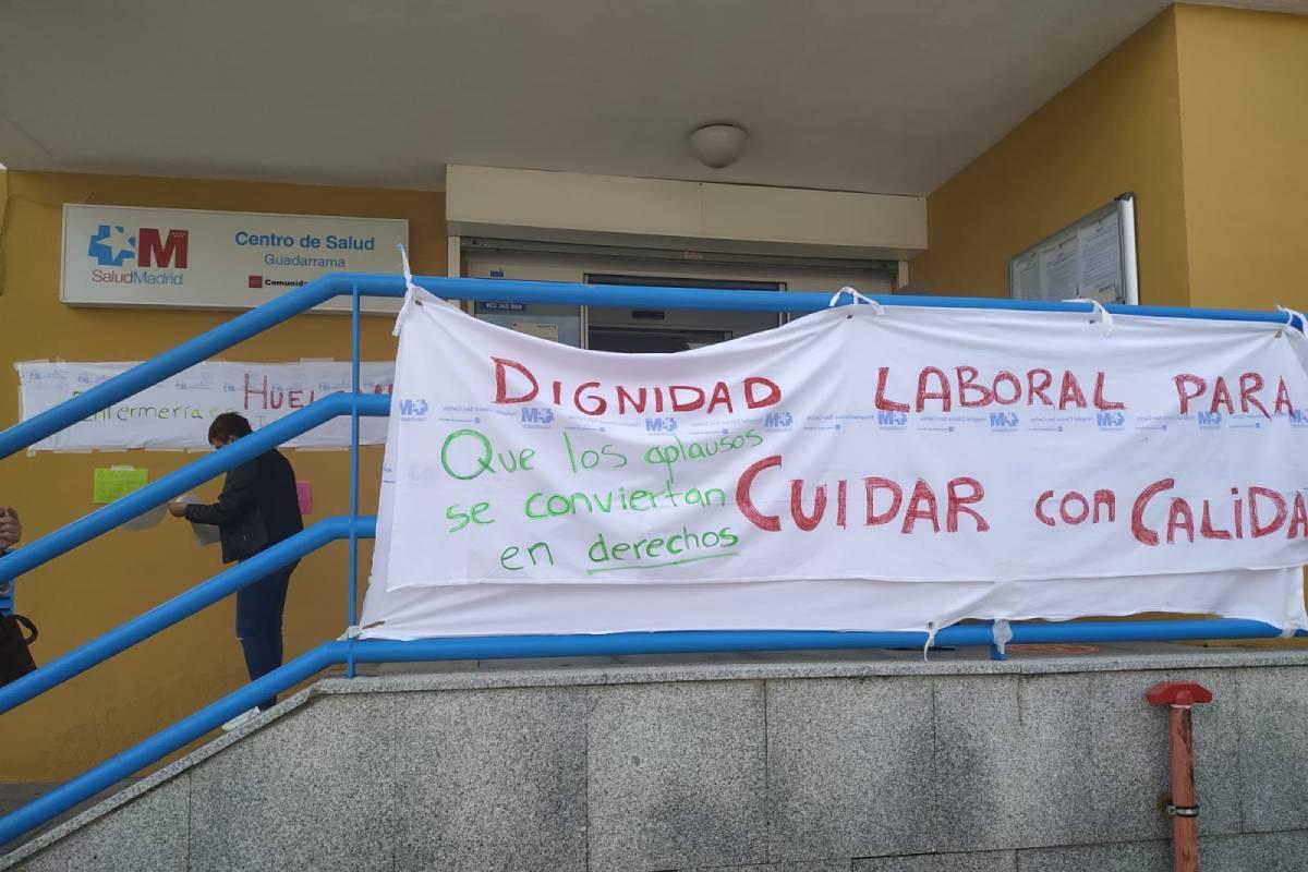Carteles de la huelga de enfermería de Madrid en un centro de salud de Guadarrama..