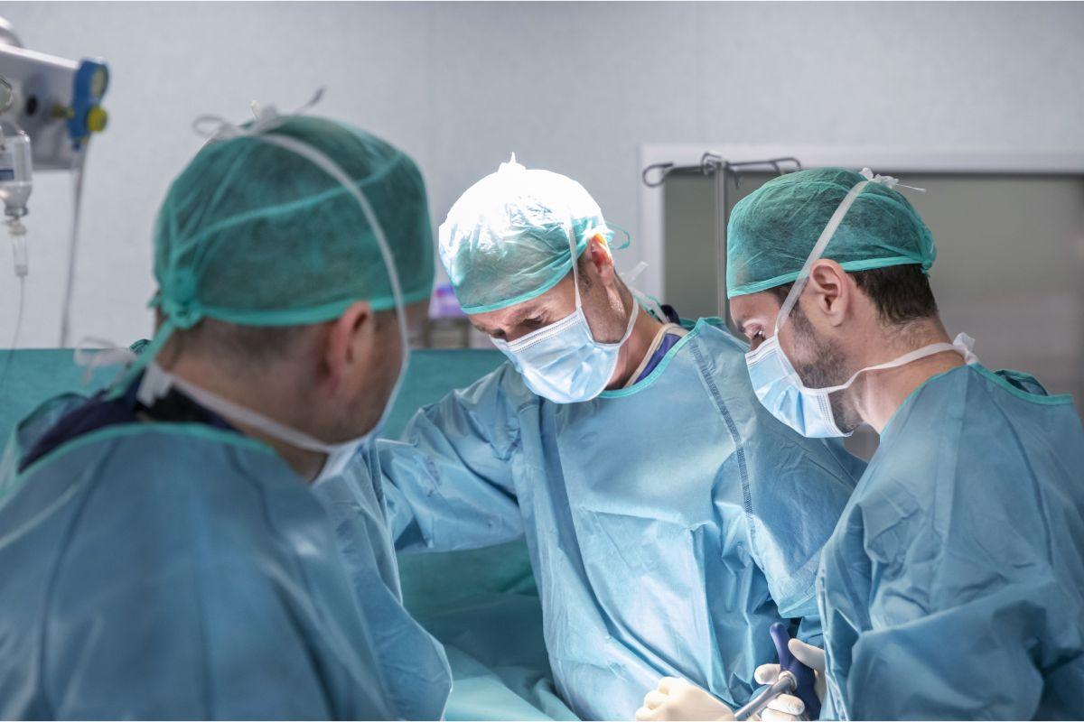 Los cirujanos Ignasi Catalá y Pablo Clavel, del Instituto Clavel.