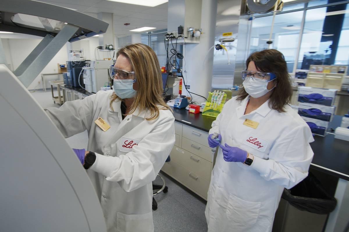 Trabajo con los materiales de los ensayos clínicos con anticuerpos de Lilly en Indianápolis (Estados Unidos).