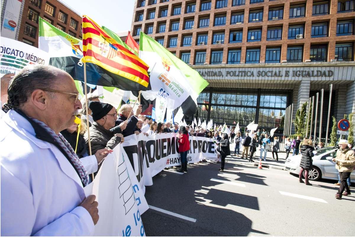 Aspecto de una de las manifestaciones convocadas por CESM en 2019 ante la sede del Ministerio de Sanidad (Fotografía: Mauricio Skrycky).