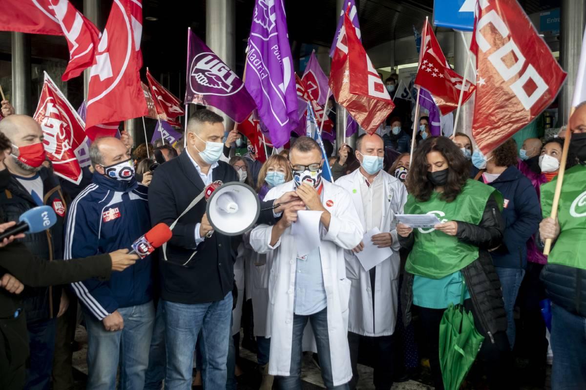 Manifestación de sanitarios frente al Hospital Ramón y Cajal (José Luis Pindado)