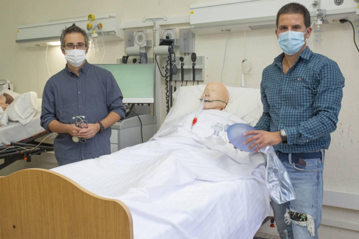 Sendoa Ballesteros Peña y Gorka Vallejo de la Hoz, enfermeros y coautores del 'Manual Práctico de Enfermería de Cuidados Intensivos: Guía rápida para estudiantes de Enfermería en prácticas', publicado por la Universidad de País Vasco.
