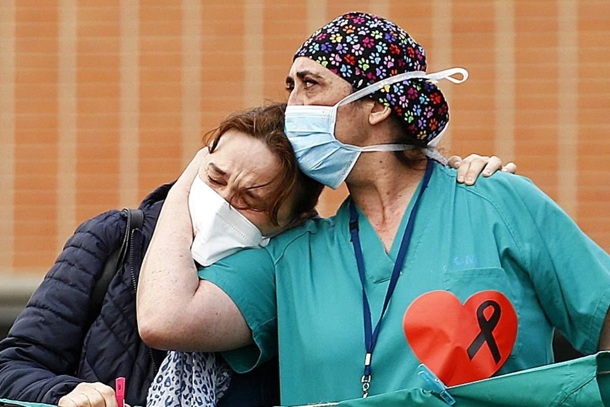 El exterior del  Hospital Severo Ochoa de Leganés, en una concentración  en homenaje al enfermero de quirófano fallecido por la covid-19.