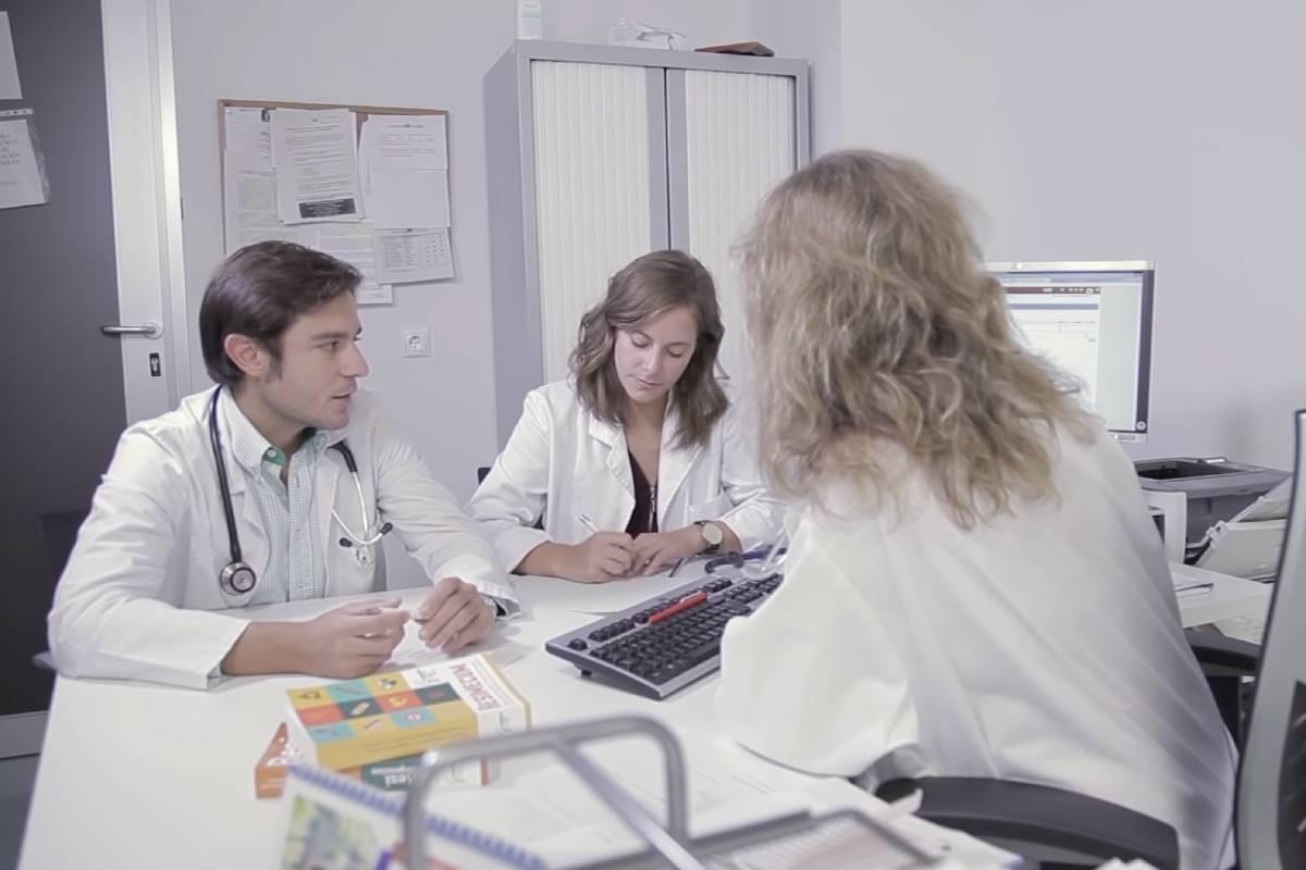 Dos residentes de Medicina de Familia con su tutora (Semergen)