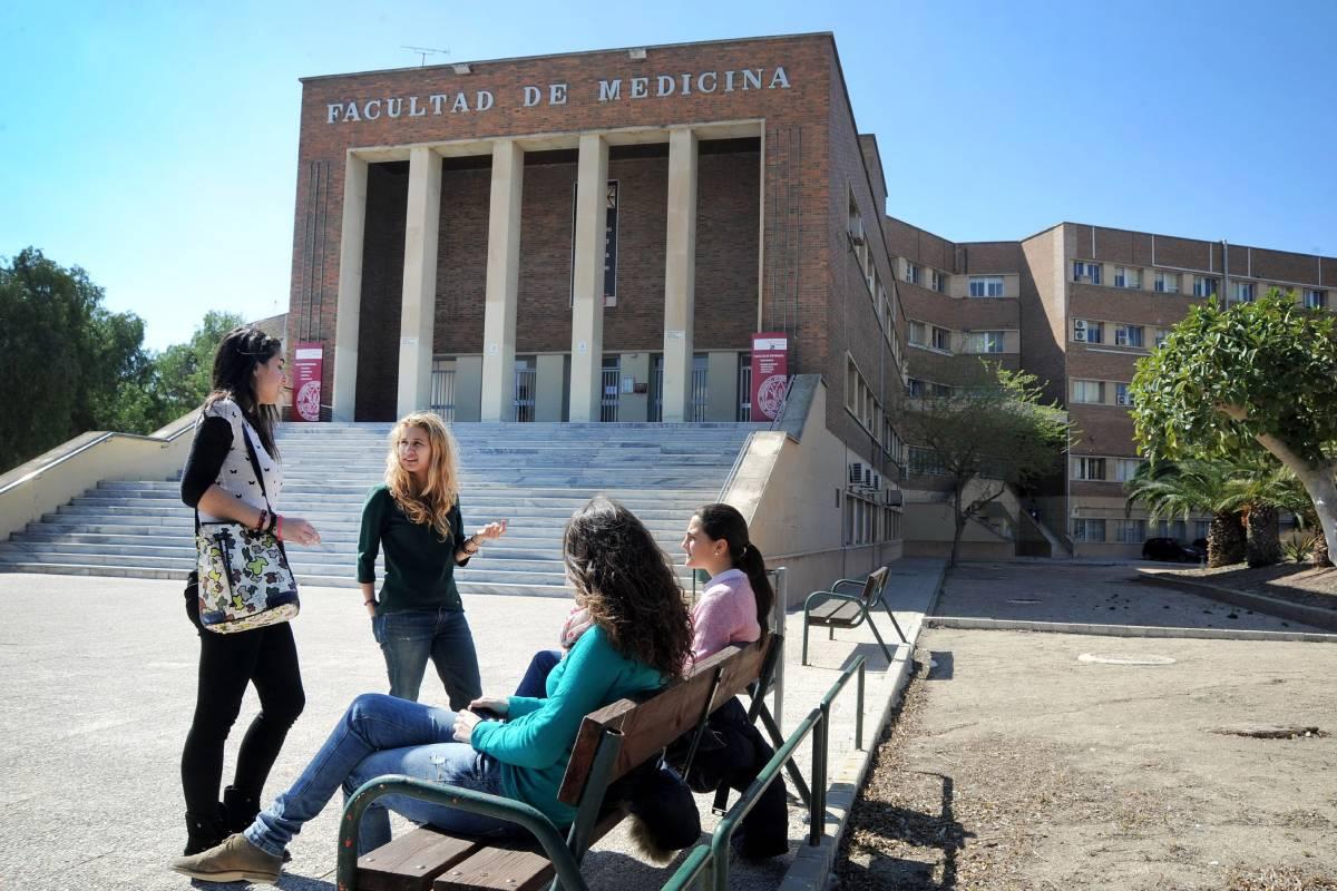 Fachada de la Facultad de Medicina de la Universidad de Murcia.