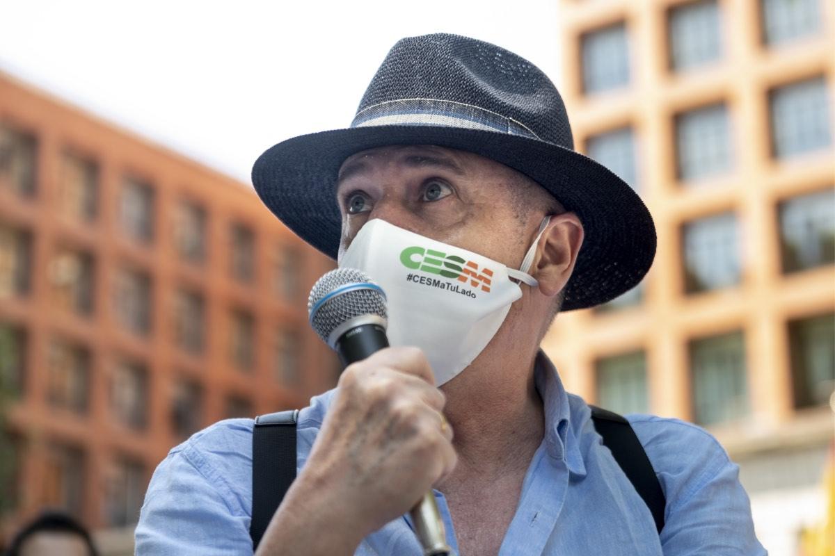 Gabriel del Pozo, portavoz del Foro de la Profesión, en una convocatoria de protesta ante la sede del ministerio (Fotograf�a: José Luis Pindado).