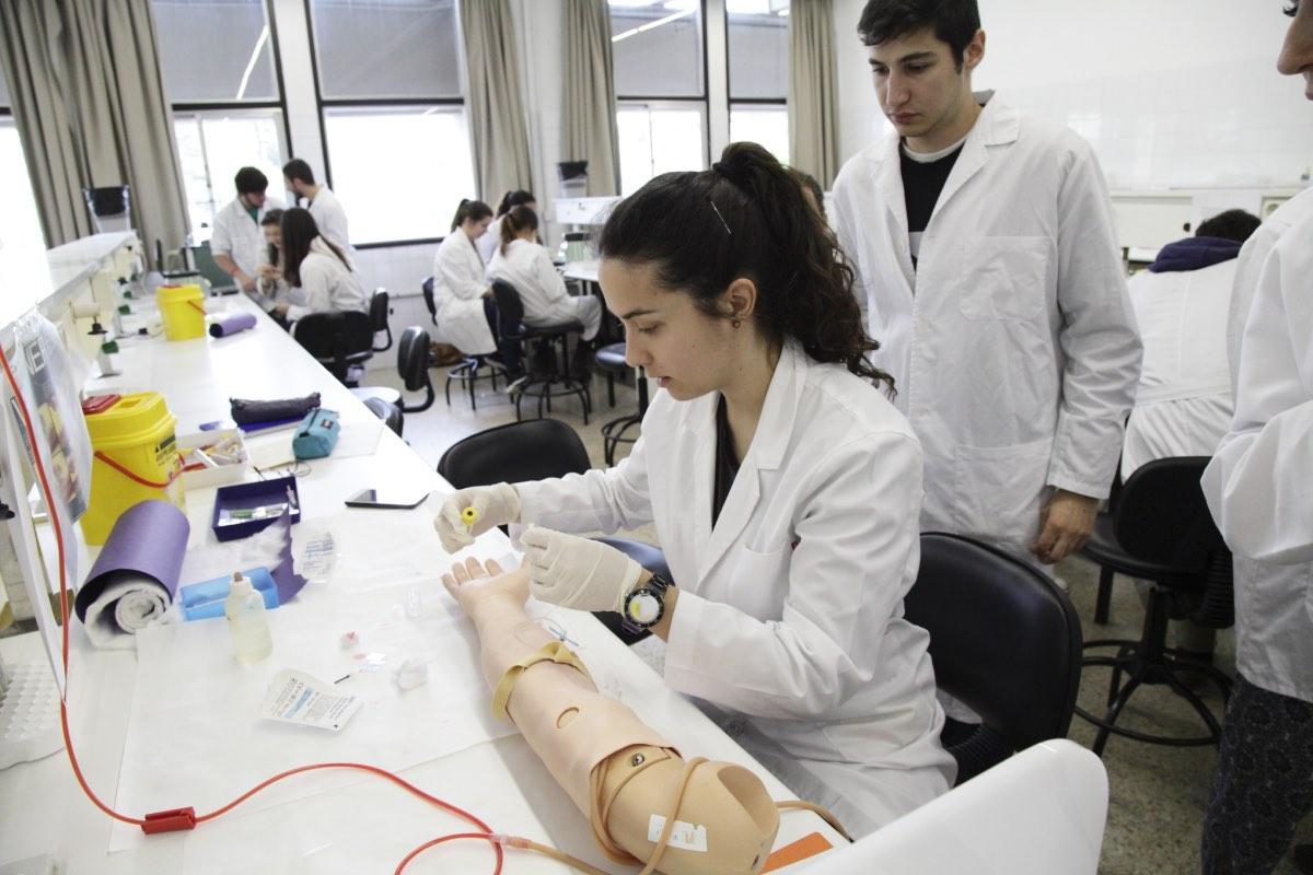 Alumnos de Medicina hacen sus prácticas en una facultad.